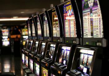 Игровые автоматы заполоняют город...